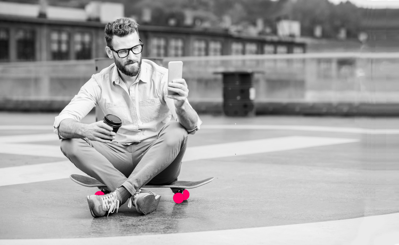 Man_skateboard_roze_accenten_gespiegeld